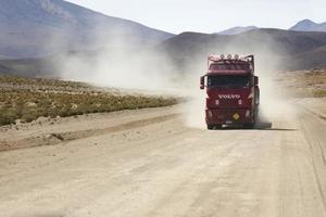 bolívia, 14 de janeiro de 2018 - caminhão em estrada não pavimentada na bolívia. em 2004, mais de 92% das estradas na Bolívia não eram pavimentadas. foto