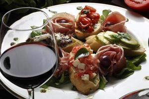 pão de salada e vinho tinto foto