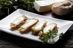 bruschetta é um antepasto italiano feito de pão, que é grelhado com azeite de oliva. foto