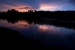 bela paisagem de céu com pôr do sol na margem do rio foto
