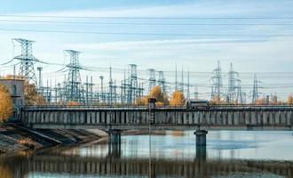 pripyat, ucrânia, 2021 - ponte sobre o rio com linhas de energia em chernobyl foto