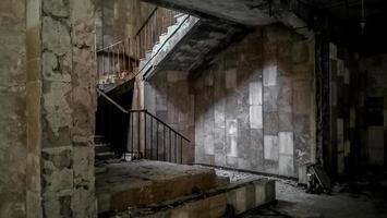 pripyat, ucrânia, 2021 - escada de pedra dentro de um prédio abandonado em chernobyl foto