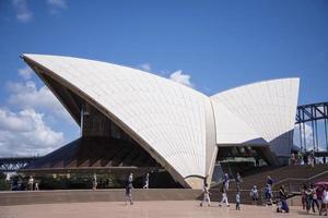 sydney, austrália, 12 de fevereiro de 2015 - vista na sidney opera house em sydney, austrália. foi projetado pelo arquiteto dinamarquês jorn utzon e foi inaugurado em 20 de outubro de 1973. foto