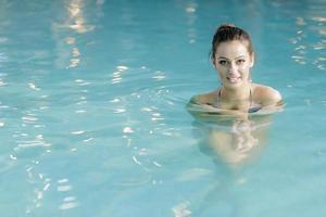 jovem mulher na piscina foto