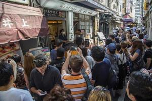 Tóquio, Japão, 2 de outubro de 2016 - pessoas não identificadas no mercado de peixes tsukiji em Tóquio, Japão. tsukiji é o maior mercado atacadista de peixes e frutos do mar do mundo. foto