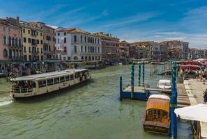 veneza, itália, 26 de maio de 2019 - veja no canal grande em veneza, itália. estima-se que 25 milhões de turistas visitam veneza a cada ano. foto