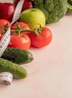 vegetais frescos e frutas para uma dieta saudável e uma fita métrica e espaço de cópia foto