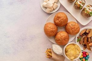 alimentos pouco saudáveis hambúrgueres, batatas fritas e doces vista de cima plana com espaço de cópia foto