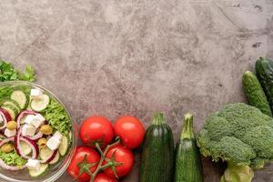 vegetais frescos e salada para dieta saudável com espaço de cópia foto