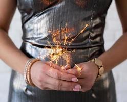 mulher com um vestido de festa segurando um diamante nas mãos foto