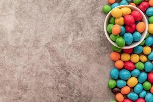 vista superior de doces coloridos em fundo escuro foto