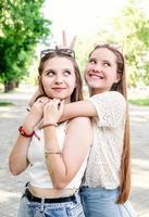 namoradas felizes se abraçando ao ar livre foto