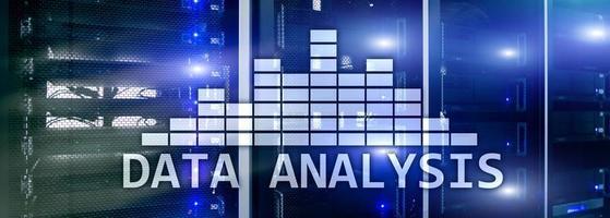 texto de análise de big data no fundo da sala do servidor. internet e conceito de tecnologia moderna foto