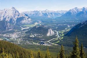 bela vista aérea das montanhas rochosas e do rio. cidade de banff no vale. alberta. foto