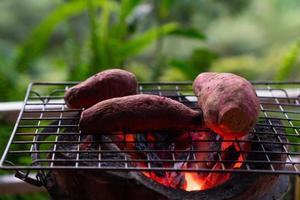 batata doce assada com charoal no fogão foto