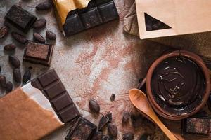 barra de chocolate cacau em grão mesa de creme de chocolate foto
