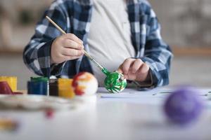 close-up garotinho pintando ovos de páscoa foto