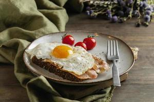 café da manhã com ovo bacon tomate ângulo alto foto