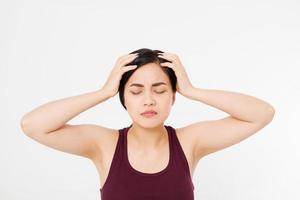 estressada exausta mulher japonesa asiática com forte dor de cabeça de tensão. retrato de uma menina doente que sofre de enxaqueca, sensação de pressão e estresse. dor e saúde. copie o espaço. foto