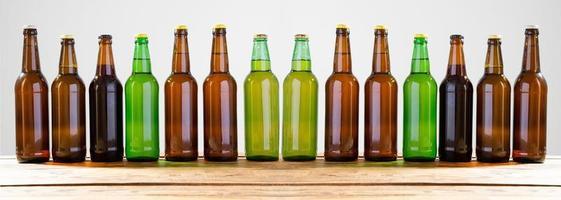 garrafas de cerveja em uma mesa de madeira. vista do topo. foco seletivo. brincar. copie space.template. em branco. foto