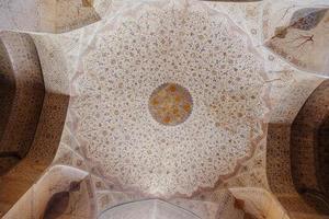 Isfahan, Irã, 2016 - vintage padrão persa ornamentado com parede e teto. pinturas naturalistas com motivos florais no antigo palácio ali qapu. foto