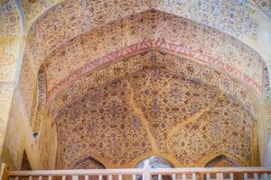 Isfahan, Irã, 2016 - bela pintura de padrão floral na parede e no teto do famoso e antigo palácio Ali qapu. foto