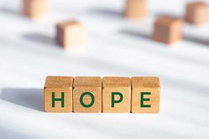 conceito de esperança. blocos de madeira com texto em fundo branco foto