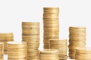 pilha de moedas em fundo branco. conceito de dinheiro ou finanças foto