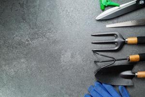 ferramentas de jardinagem instrumento múltiplo para o seu jardim e flores com o banner f foto