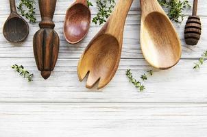 talheres de madeira utensílios de cozinha foto