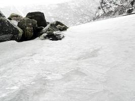 paisagem do inverno congelado fiorde do lago do rio, bancos de gelo, Noruega. foto