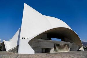 tenerife, espanha, 31 de agosto de 2013 - auditorio de tenerife em tenerife, espanha. foi projetada pelo arquiteto santiago calatrava valls e inaugurada em 26 de setembro de 2003. foto