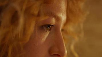 extremo close-up do rosto de uma mulher branca, reflexo da tela do laptop nos olhos foto
