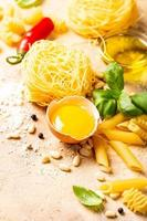 ingredientes crus saudáveis para molho de macarrão italiano carbonara foto