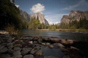 tempo de exposição do rio Merced e do vale do Yosemite foto