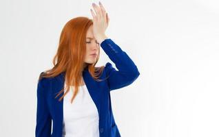 mulher bonita, jovem e bonita de cabelo vermelho do facepalm. dor de cabeça de garota ruiva não conseguiu perturbar a palma do rosto de negócios. retrato de mulher fazendo facepalm posando contra o fundo do estúdio. foto