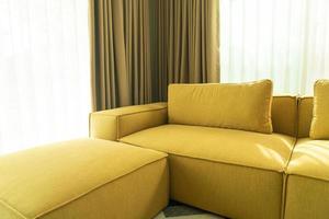 sofá vazio na sala de estar foto