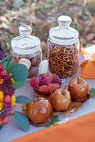 maçãs caramelizadas. configuração de mesa sazonal de outono. foto