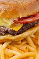hambúrguer com queijo e batatas fritas foto