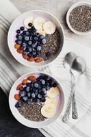 iogurte com frutas, banana, amêndoas e sementes de chia foto