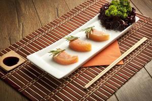 imagem de sushi de salmão foto