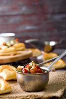 tigela de salsa mexicana foto