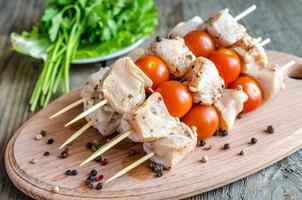 espetos de frango com tomate cereja foto