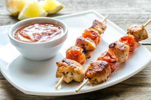 espetos de frango grelhado com tomate cereja