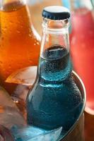 refrigerantes artesanais orgânicos azuis sortidos foto