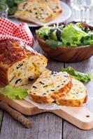 pão de queijo saboroso com azeitonas foto