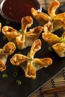rangoons de caranguejo asiáticos com molho agridoce foto