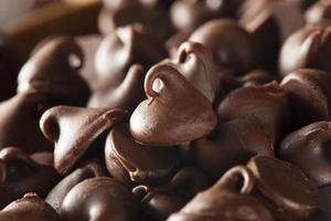 pedaços de chocolate preto orgânico foto
