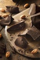 pedaços de chocolate escuro orgânico foto