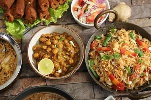 pulao de legumes com chana masala, comida indiana foto